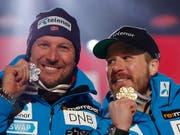 Aksel Svindal (links) und Abfahrts-Weltmeister Kjetil Jansrud präsentieren ihre Medaillen (Bild: KEYSTONE/AP/GABRIELE FACCIOTTI)