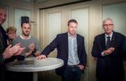 Noch angespannt: der zukünftige Stadtrat Andreas Elliker (Mitte) und seine Vorgänger Ruedi Huber (rechts).