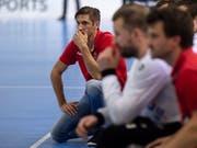 Adi Brüngger (kniend), der Trainer von Pfadi Winterthur, sah gegen den BSV Bern Muri das Unheil in Form der ersten Heimniederlage kommen (Bild: KEYSTONE/MELANIE DUCHENE)