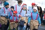 Schülerinnen und Schüler schritten als Schwinger durch die Strassen. (Bild: Maria Schmid (Morgarten, 9. Februar 2019))