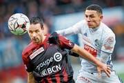 Luzerns Ruben Vargas (rechts) im Zweikampf mit Xamax-Topskorer Raphael Nuzzolo. (Bild: Valentin Flauraud/Keystone (Neuenburg, 10. Februar 2019))
