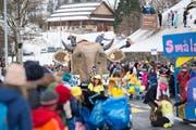 Eine grosse Hornkuh schmückte den Wagen der Gruppe Haselmatt und wurde am Fasnachtsumzug von vielen Zuschauern bestaunt. (Bild: Maria Schmid (Morgarten, 9. Februar 2019))