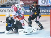 Mehr als die Vorentscheidung in Freiburg: Gottérons Goalie Reto Berra kann das 0:3 durch Dion Knelsen (Nr. 19) nicht verhindern. (Bild: KEYSTONE/ADRIEN PERRITAZ)