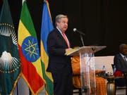 Uno-Generalsekretär António Guterres hat auf der Gipfelkonferenz der Afrikanischen Union (AU) am Sonntag Afrika für seine Solidarität mit Flüchtlingen gelobt. (Bild: KEYSTONE/AP/SAMUEL HABTAB)
