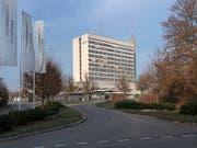 Nach dem Nein in Basel-Stadt zur Fusion der Kantonsspitäler beider Basel muss Baselland alleine entscheiden, wie es mit seinem veralteten Spital auf dem Bruderholz in Binningen BL weitergehen soll. (Bild: KEYSTONE/GEORGIOS KEFALAS)
