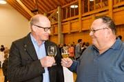 Matthias Hofmann nimmt im Dorfzentrum die Gratulation des amtierenden Gemeindepräsidenten Urs Siegfried entgegen. (Bild: Donato Caspari)