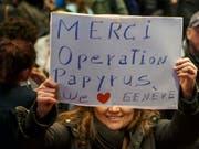 Eine Sans-Papiers-Frau bedankt sich für die Operation Papyrus. Die Aktion hat bewirkt, dass in Genf mehr Menschen ohne gültige Papiere eine Aufenthaltserlaubnis erhalten haben. (Bild: KEYSTONE/SALVATORE DI NOLFI)