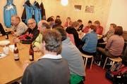 Am Freitagabend zeigte sich, dass das Angebot im Kiosk beim Familienskilift Tanzboden geschätzt wird: Nach dem Nachtskifahren waren alle Plätze besetzt. (Bild: Rudolf Steiner)