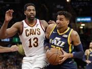 Thabo Sefolosha (rechts) stand nach gut einmonatiger Verletzungspause für Utah Jazz wieder kurz im Einsatz (Bild: KEYSTONE/AP/TONY DEJAK)