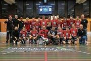 Die Sarner Mannschaft hat sich den kleinen Pokal vorne für den Sieg in der NLB-Qualifikationsrunde redlich verdient. Bild: Simon Abächerli (Sarnen, 10. Februar 2019)