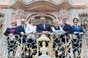 Pascale Fässler-Bächinger (FDP), Bruno Niedermann (SVP), Nina Rodel (CVP), Stadtpräsident Thomas Weingart (parteilos), Christina Forster (CVP), Boris Binzegger (SP) und Jorim Schäfer (GLP) freuen sich vor dem Rathaus über ihr Wahlresultat.