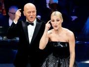 Der italienische Schauspieler Claudio Bisio und Schweizerin Michelle Hunziker waren die Moderatoren der 69. Ausgabe des Schlagerfestivals in San Remo. (Bild: KEYSTONE/AP ANSA/RICCARDO ANTIMIANI)