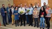 Veteranenchefin Monika Arnold (ganz rechts) freute sich, dass 16 von 20 langjährigen Musikantinnen und Musikanten anwesend waren. In der Bildmitte die Ehrenveteranen Kurt Simmen und Anton Simmen (mit Blumen). (Bild: Georg Epp, (Isenthal, 8. Februar 2019))