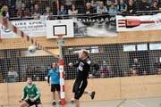 Einer der seltenen Vorstösse von SVD-Mitteverteidiger Fabian Marthy (rechts) – Matchwinner Ueli Rebsamen schaut dem Ball für einmal hinterher. (Bild: Yves Solenthaler)
