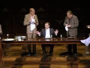Jörg Schröder (4. v. links) spielte 2010 am Theater Basel in der Inszenierung «Die Panne». (Bild: Keystone/STEFFEN SCHMIDT)