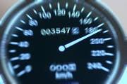 Der Autofahrer überschritt die erlaubte Höchstgeschwindigkeit um 122 Stundenkilometer. (Symbolbild: Imago)