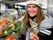 Mit den WM-Medaillen zurück in der Schweiz: Corinne Suter (Bild: KEYSTONE/EPA KEYSTONE/WALTER BIERI)