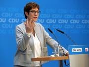 Auf der Suche nach Lösungen in der Migrationspolitik müsse die Union «Humanität und Härte» vereinen, forderte Parteichefin Annegret Kramp-Karrenbauer nach «Werkstattgesprächen» zum Thema Migration. (Bild: KEYSTONE/EPA/ADAM BERRY)