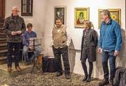 An der Vernissage (von links): Manfred Iten, Schwyzerörgeli-Spieler Martin Berwert, Erwin Heymann, Sandra Heymann und Hansheini Schmitt. (Bild: PD)