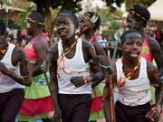 Schwierige Reintegration: Ehemalige Kindersoldaten tanzen im Rahmen der Musiktherapie zusammen mit der örtlichen Bevölkerung in Gulu, Uganda. Die Kinder wurden von der Lord's Resistance Army entführt und zwangsrekrutiert. (Bild: KEYSTONE/AP/ADELLE KALAKOUTI)