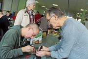 Fachleute kümmern sich um kaputte Gegenstände, die von Besuchern mitgebracht werden. (Bild: Hugo Berger)