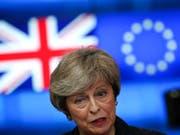 Premierministerin Theresa May will sich am Dienstag im britischen Unterhaus zu den Brexit-Verhandlungen äussern. Zuvor treffen sich am Montagabend noch EU-Chefunterhändler Michel Barnier und der britische Brexit-Minister Stephen Barclay in Brüssel. (Bild: KEYSTONE/AP/FRANCISCO SECO)