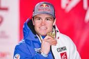 Alexis Pinturault posiert mit seiner Medaille. (AP Photo/Gabriele Facciotti)
