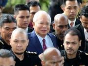 Soll Millionen Staatsgelder veruntreut haben: Malaysias Ex-Premier Najib Razak (Mitte, mit Krawatte) bei einem früheren Gerichtstermin. (Bild: KEYSTONE/AP/VINCENT THIAN)