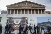 Nur ein harter Polizeieinsatz hielt gewaltbereite Gelbwesten am Wochenende davon ab, die Umzäunungen vor dem Parlament in Paris einzureissen. (Bild: Christophe Petit Tesson/EPA, 9. Februar 2019)