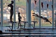 Für den Betrieb des städtischen Hallenbads auf der Allmend ist die Hallenbad Luzern AG zuständig. (Bild: Nadia Schärli (Luzern, 5. November 2015))