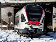 Der Unglückszug bei der Unfallstelle auf der Gotthard-Bergstrecke bei Airolo TI. Dort waren am vergangenen Dienstagmorgen zwei Bahnarbeiter vom Zug erfasst worden: Einer starb, der andere wurde schwer verletzt. Jetzt ermittelt die Staatsanwaltschaft. (Bild: KEYSTONE/TI-PRESS/FRANCESCA AGOSTA)