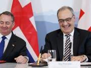 Die Schweiz und Grossbritannien bereiten sich auf die Zeit nach dem Brexit vor: Wirtschaftsminister Guy Parmelin und der britische Minister für internationalen Handel, Liam Fox, haben am Montag in Bern einen bilateralen Handelsvertrag unterzeichnet. (Bild: KEYSTONE/AP Keystone/PETER KLAUNZER)