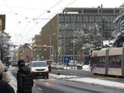 Blick vom Zentrum Hofmatt aus – aus diesem Blickwinkel sieht das Gebäude Luzernerstrasse 11 (links hinten) wie eine Fortsetzung des Stadthauses aus. (Bild: hor, Kriens 6. Februar 2019)