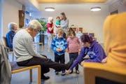 «Schau, die Frauen tragen auch Turntäppeli»: Kinder und Seniorinnen lernen sich im Wohn- und Pflegehaus Wienerberg kennen. (Bild: Urs Bucher)