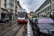 Beengte Platzverhältnisse an der Bahnhofstrasse: Hier kommt es gemäss stadträtlicher Interpellationsantwort ziemlich regelmässig zu Konflikten zwischen Trogenerbähnli und parkierenden Autos. (Bild: Benjamin Manser - 16. Mai 2018)