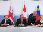 Grossbritannien, die Schweiz und Liechtenstein haben am Montag in Bern ein Handelsabkommen abgeschlossen. Unterzeichnet wurden die Verträge vom britischen Handelsminister Liam Fox, Bundesrat Guy Parmelin und der liechtensteinischen Aussenministerin Aurelia Frick (v.l.n.r.). (Bild: KEYSTONE/PETER KLAUNZER)