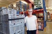Von hier aus werden wöchentlich 17 Abgabestellen beliefert: Leiterin Yolanda Fässler in den Räumen der Logistik-Plattform Zentralschweiz der Organisation «Tischlein deck dich». (Bild: Werner Schelbert, Baar, 5. Juli 2018)