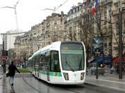 Ein Tram unterwegs in der Pariser Vorstadt. (Bild: KEYSTONE/AP/REMY DE LA MAUVINIERE)