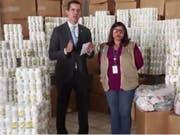 Der selbsternannte venezolanische Übergangspräsident Juan Guaidó stellte ein Video auf Twitter, das ihn inmitten mehrerer weisser Dosen zeigt, in denen Vitaminpräparate und Nahrungsergänzungsmittel sein sollen. (Bild: Juan Guaid/Twitter)