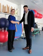 Manuela Strässle, Teamleiterin Physiotherapie im SVAR, und Bruno Eisenhut, Präsident Appenzellischer Turnverband. Bild: PD