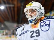 Sandro Aeschlimann, nächste Saison Goalie des HC Davos, wurde beim 5:1-Sieg des EV Zug in Davos mit 20 Paraden als bester Spieler der Innerschweizer ausgezeichnet. (Bild: KEYSTONE/GIAN EHRENZELLER)