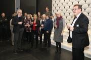 Der Präsident der Operette Sirnach, Otto Noger (rechts), begrüsst die Mitglieder der Schweizerischen Musiktheatervereinigung auf der Bühne im Dreitannensaal. (Bild: Christof Lampart)
