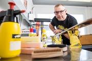 Udo Raunjak leitet die Entwicklung und Forschung bei der Toko Swix Sport AG in Altstätten. Er demonstriert die neueste Innovation, eine intelligente Bürste.(Bilder: Mareycke Frehner)