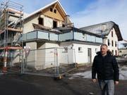 Der Unternehmer Adrian Müller vor dem eingerüsteten Lindenhof. Bild: Urs-Ueli Schorno (Ebnet, 12. Februar 2019)