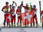 In Pyeongchang jubelte das Swiss-Ski-Sextett zuoberst auf dem Podest (Bild: KEYSTONE/AP/MICHAEL PROBST)
