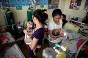 An Masern erkrankte Kinder werden in einem Spital in der philippinischen Hauptstadt Manila behandelt. Bild: Francis R. Malasig/EPA (Manila, 7. Februar 2019)