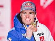 Der Franzose Alexis Pinturault zeigt seine Goldmedaille (Bild: KEYSTONE/AP/GABRIELE FACCIOTTI)