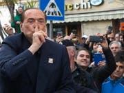 «Die Italiener sind durchgeknallt»: Silvio Berlusconi, hier im Januar mit Anhängern in Calgari, versteht sein Land nicht mehr. (Bild: KEYSTONE/EPA ANSA/FABIO MURRU)