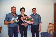 Bruno und Monika Hehli vom Berggasthaus Mesmer werden von Präsident Thomas Manser für 25 Jahre Mitgliedschaft geehrt. Bild: Karin Erni