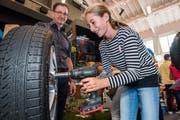 Lisa Sigrist versucht sich am ersten Bogs Trail als Automechanikerin. (Bild: Eveline Beerkircher (Sarnen, 22. September 2018))